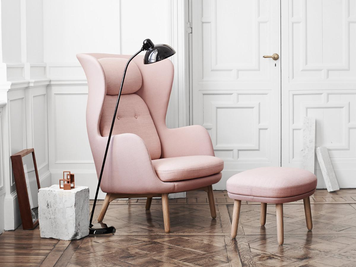 fritz-hansen-ro-easy-chair-wooden-base-in-light-pink-1